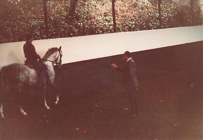 Le Maître Nuno Oliveira donnant un cours à Michel Lerpinière sur un de ses chevaux dans son manège à Quinta Do Brejo à Avessada en 1983.