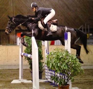 Photo du cheval et de sa cavalière lors du concours de saut d'obstacles